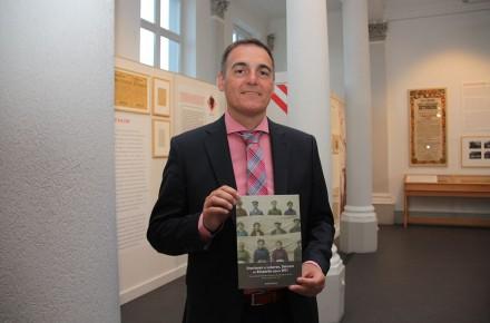 """Rudi De Clerck op de boekvoorstelling van """"Om de oorlog echt te haten, moet men er heel dikwijls over praten… Overleven in Lokeren, Daknam en Eksaarde tijdens WOI."""" Vormgeving en opmaak door Graffito."""